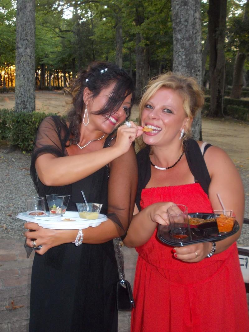 Piattino di plastica nero monouso per happy hour e aperitivi