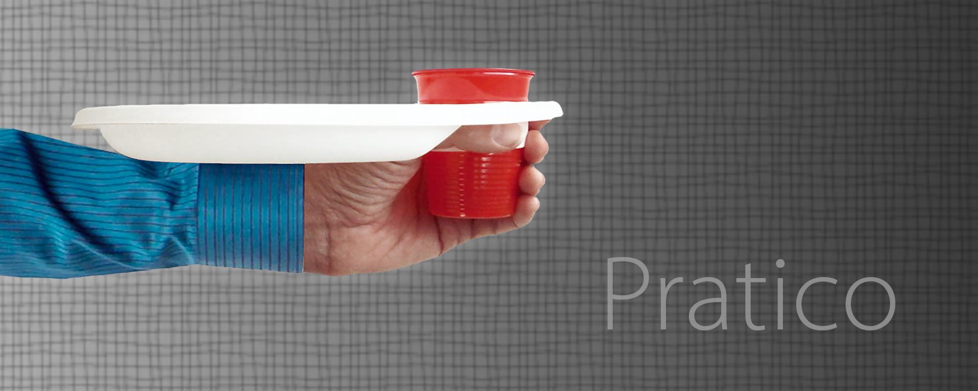 Un piatto di plastica pratico, grazie al sostegno inferiore, permette di sorreggere il piatto di plastica anche quando il bicchiere viene tolto per bere.
