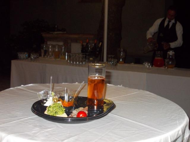 piatto di plastica nero usa e getta per happy hour e aperitivi